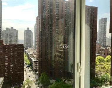 East 92nd Street - Photo Thumbnail 12
