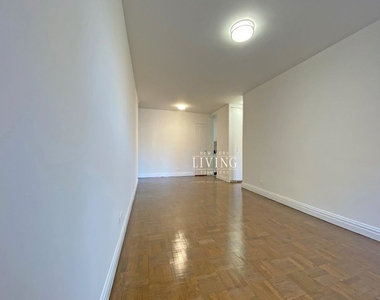 NO BROKERS FEE And 1 MONTH FREE *Union square/Flat Iron generous size 1 bed in full service building  - Photo Thumbnail 6