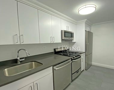 NO BROKERS FEE And 1 MONTH FREE *Union square/Flat Iron generous size 1 bed in full service building  - Photo Thumbnail 4