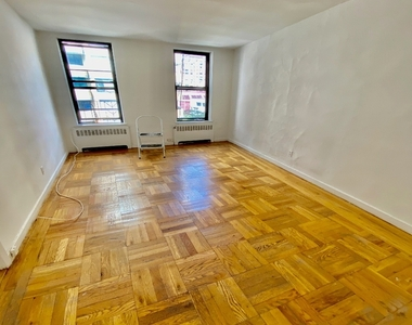 302 East 38th Street - Photo Thumbnail 2