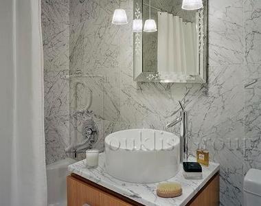 Wall St. - Photo Thumbnail 3