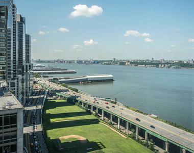 140 Riverside Blvd - Photo Thumbnail 44