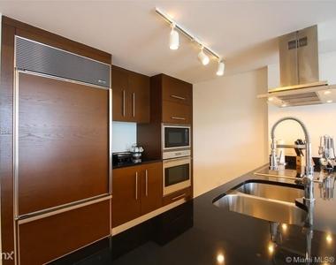 485 Brickell Ave - Photo Thumbnail 3