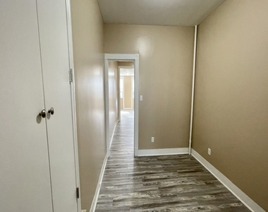 256 Kingsland Avenue - Photo Thumbnail 2
