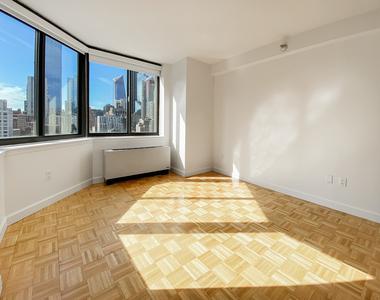 West 42nd Street - Photo Thumbnail 8