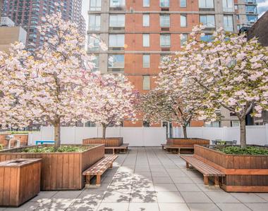 305 West 50th Street - Photo Thumbnail 2