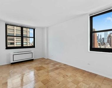 East 72nd Street - Photo Thumbnail 3