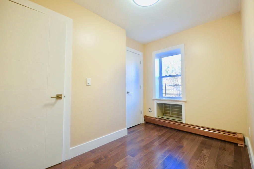1675 Sterling Pl - Photo 4