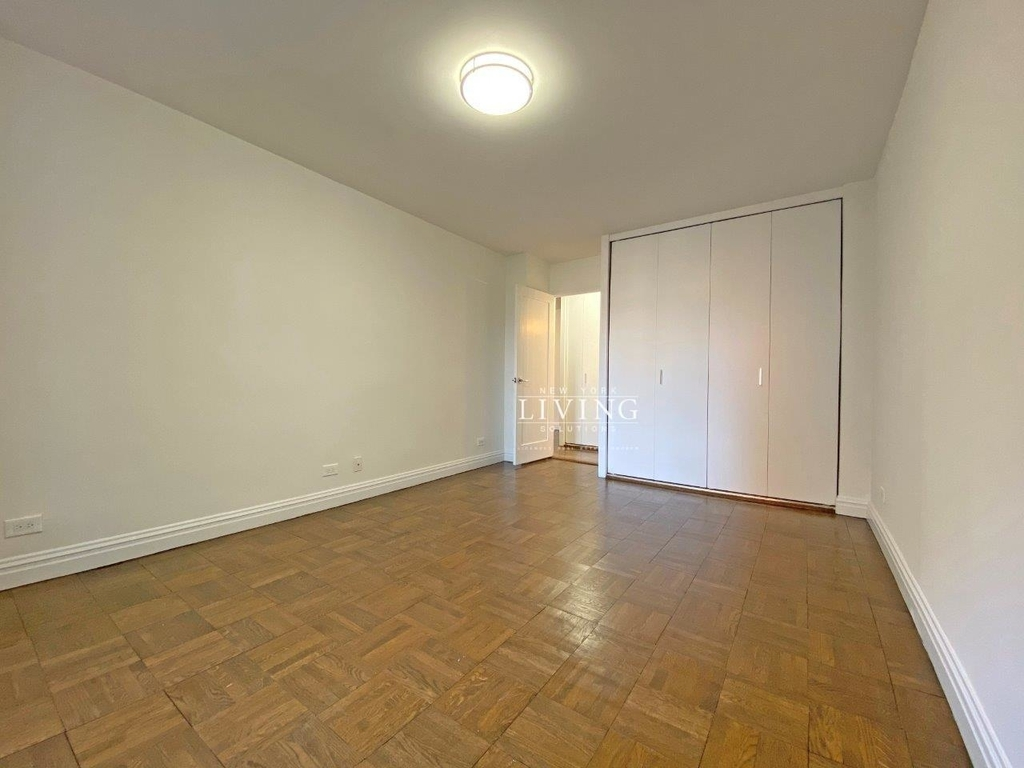 NO BROKERS FEE And 1 MONTH FREE *Union square/Flat Iron generous size 1 bed in full service building  - Photo 2