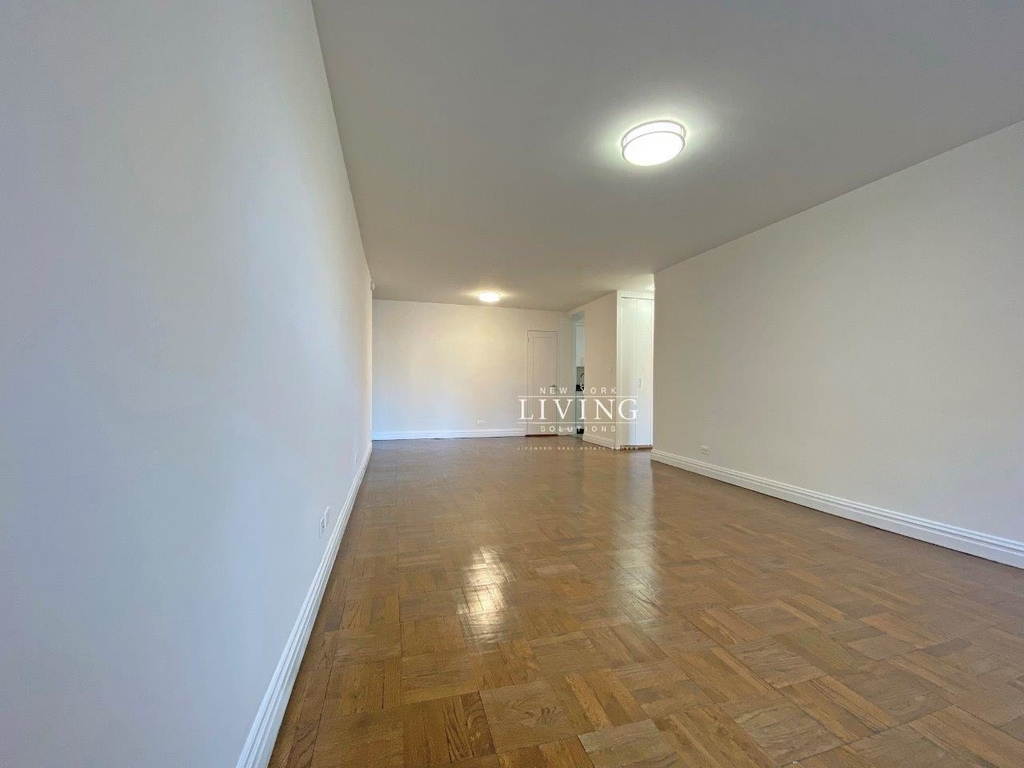 NO BROKERS FEE And 1 MONTH FREE *Union square/Flat Iron generous size 1 bed in full service building  - Photo 6