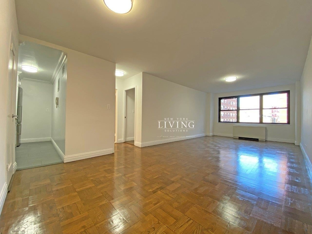 NO BROKERS FEE And 1 MONTH FREE *Union square/Flat Iron generous size 1 bed in full service building  - Photo 5