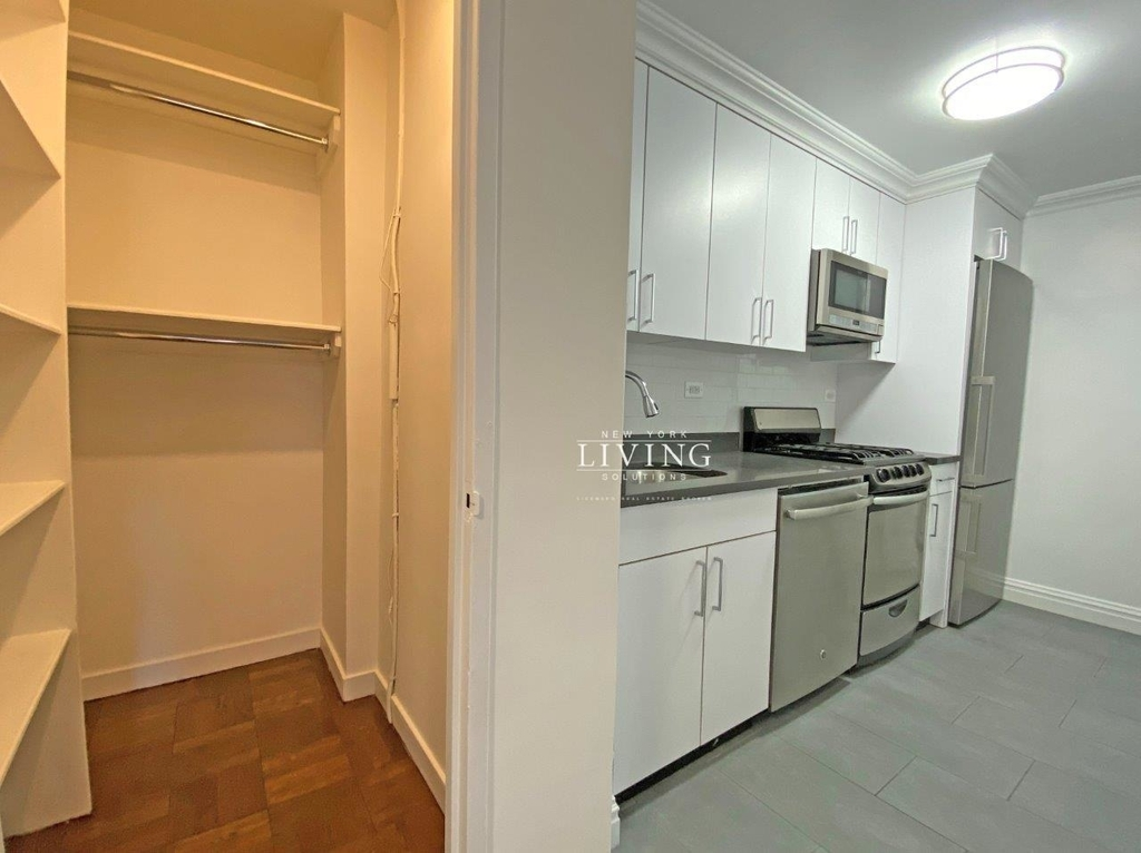 NO BROKERS FEE And 1 MONTH FREE *Union square/Flat Iron generous size 1 bed in full service building  - Photo 3