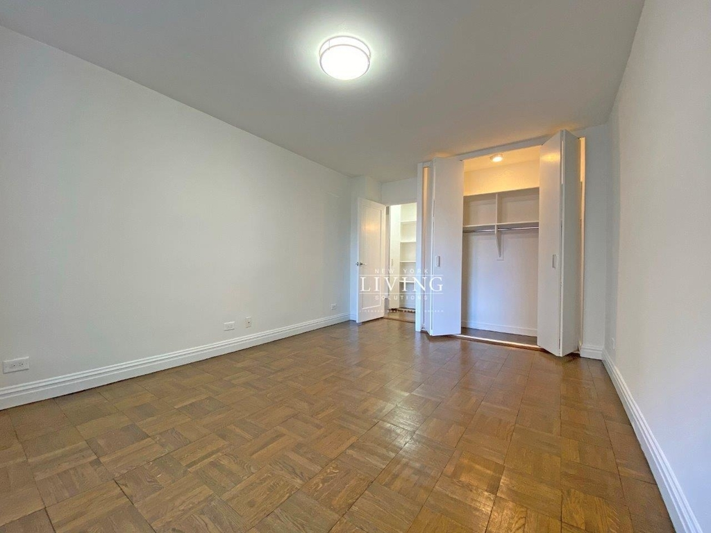 NO BROKERS FEE And 1 MONTH FREE *Union square/Flat Iron generous size 1 bed in full service building  - Photo 1