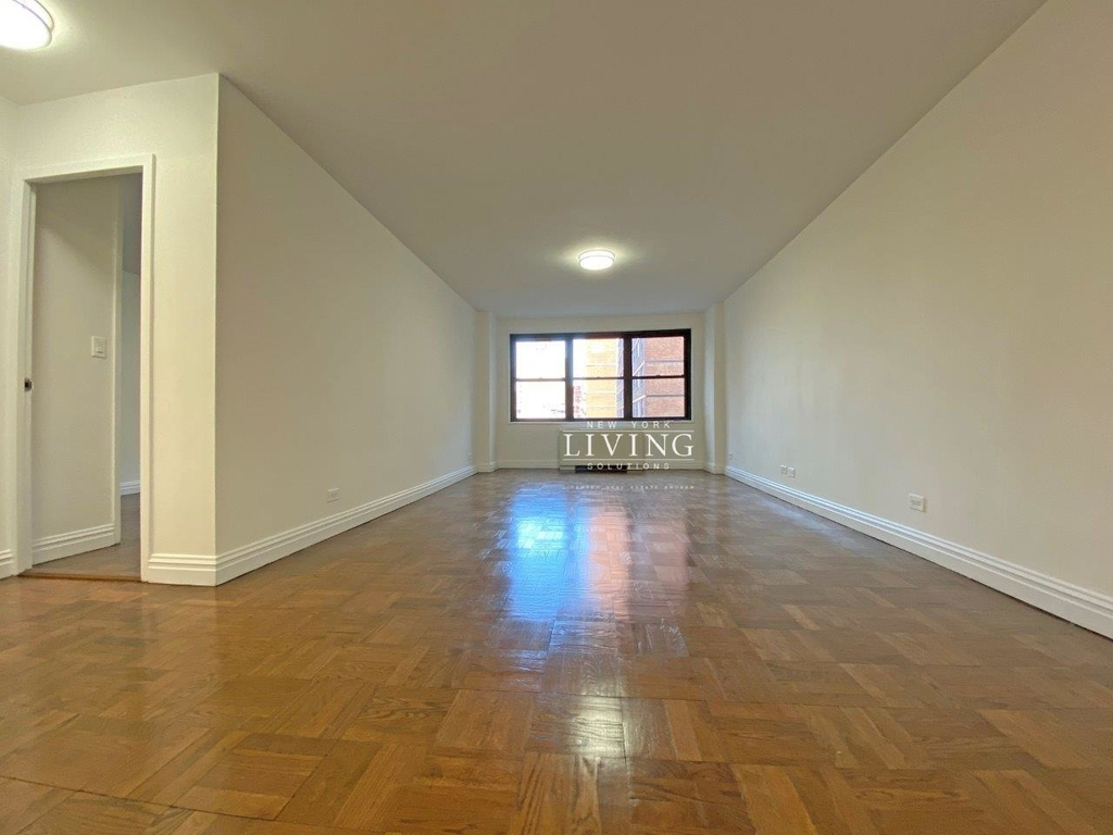 NO BROKERS FEE And 1 MONTH FREE *Union square/Flat Iron generous size 1 bed in full service building  - Photo 7