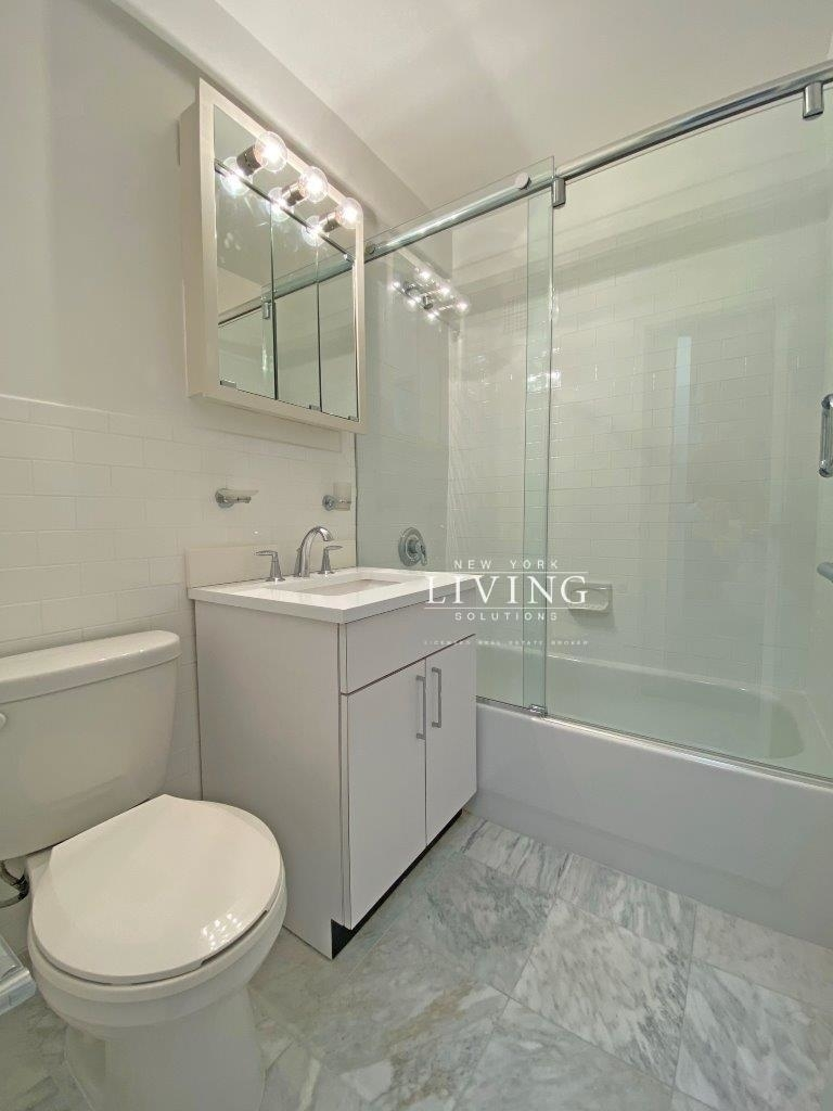 NO BROKERS FEE And 1 MONTH FREE *Union square/Flat Iron generous size 1 bed in full service building  - Photo 9