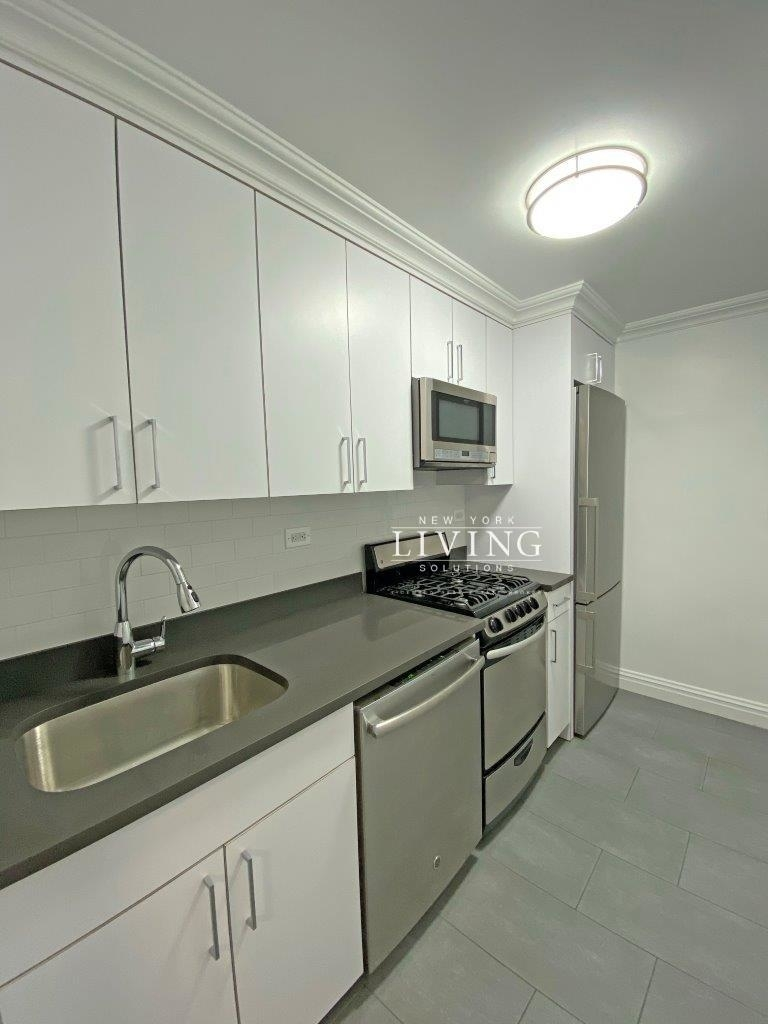 NO BROKERS FEE And 1 MONTH FREE *Union square/Flat Iron generous size 1 bed in full service building  - Photo 4