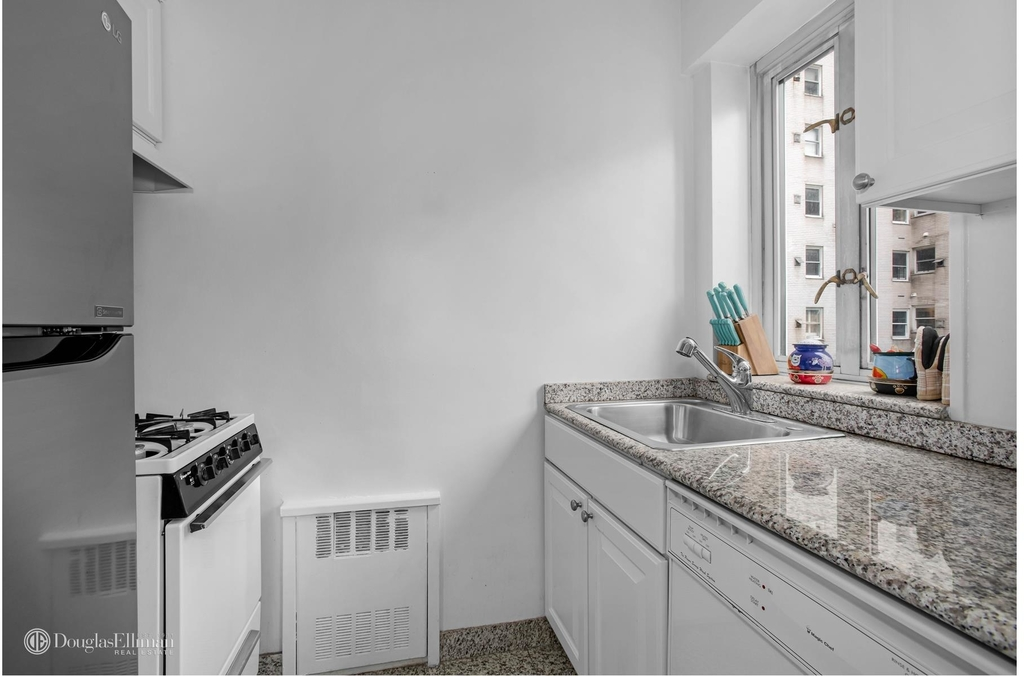 166 East 63rd St - Photo 2