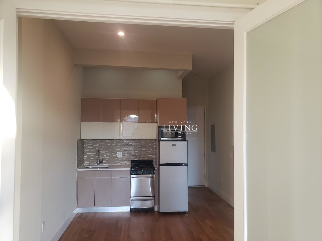No brokers fee + Free Rent*Sunset Views, Very high Ceilings, Oversized windows, Laundry in the building, Roof deck, True 3 bedroom And 1.5 bath - Photo 3