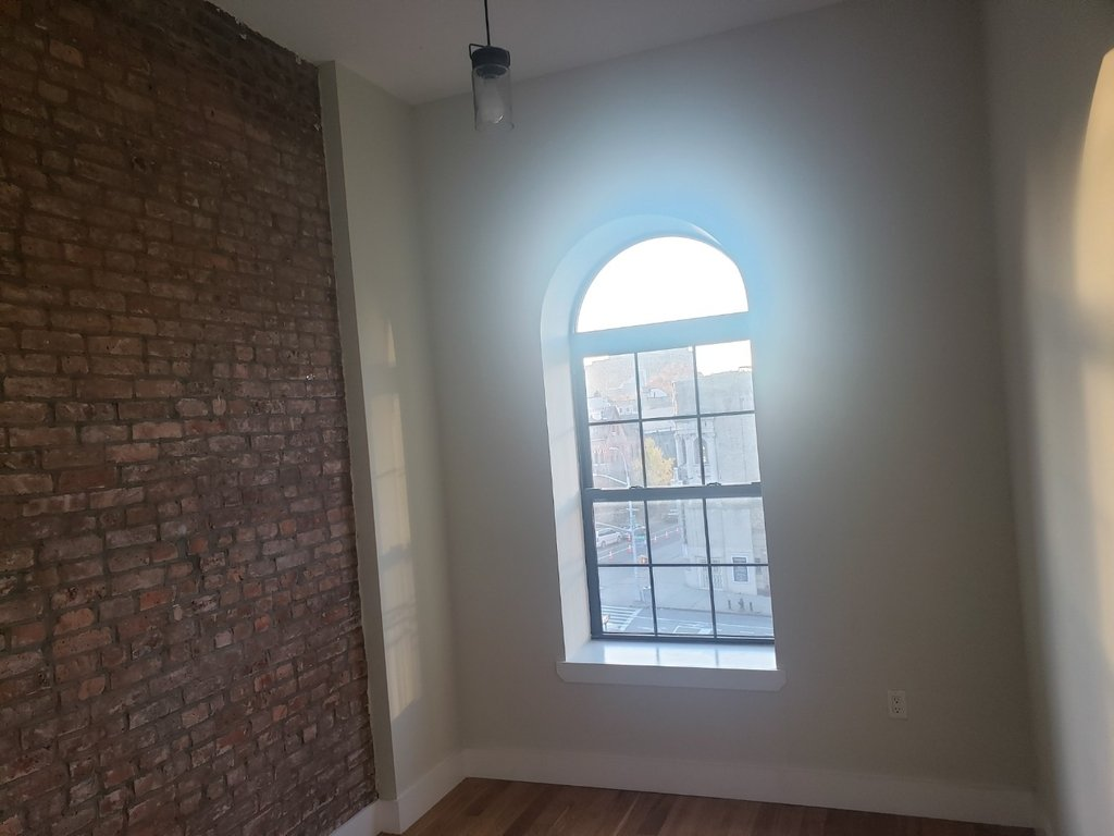 No brokers fee + Free Rent*Sunset Views, Very high Ceilings, Oversized windows, Laundry in the building, Roof deck, True 3 bedroom And 1.5 bath - Photo 2