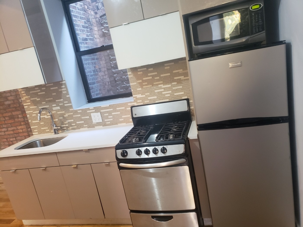 No Brokers fee + Free Rent + True 3 bedroom and 1.5 bath, Laundry in the building, Exposed brick wall, High Ceilings - Photo 0