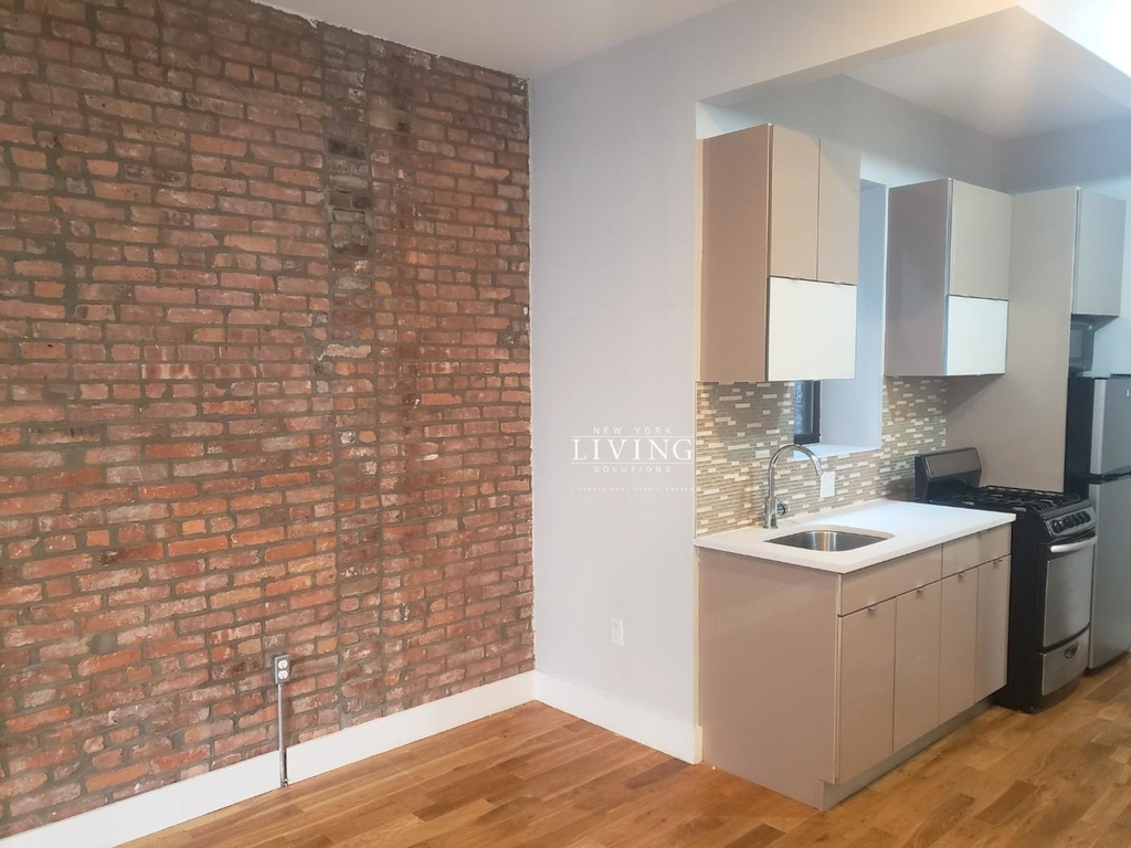 No Brokers fee + Free Rent + True 3 bedroom and 1.5 bath, Laundry in the building, Exposed brick wall, High Ceilings - Photo 1