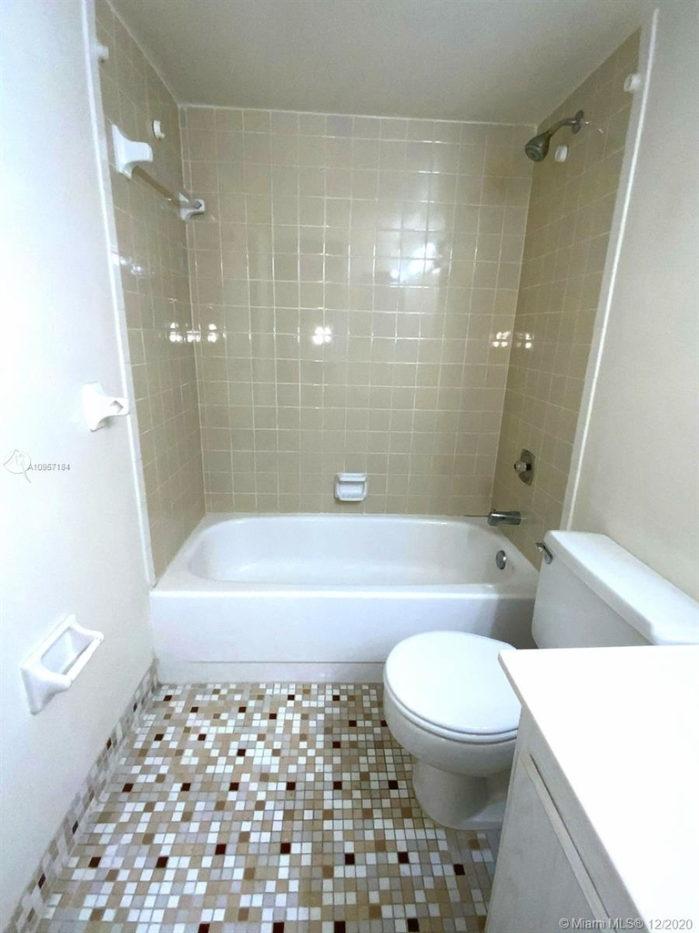 2924 Collins Ave - Photo 32