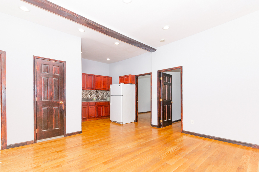 901 Willoughby Avenue - Photo 1