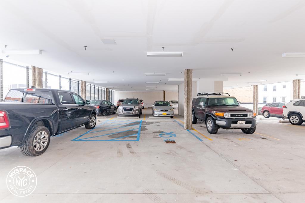 Parking, Elevator, Laundry - Photo 3