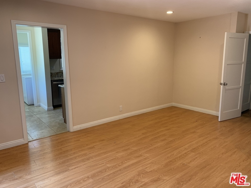 2940 Military Ave - Photo 10