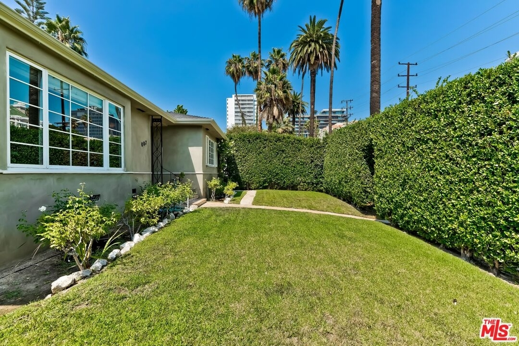 807 N Doheny Dr - Photo 1