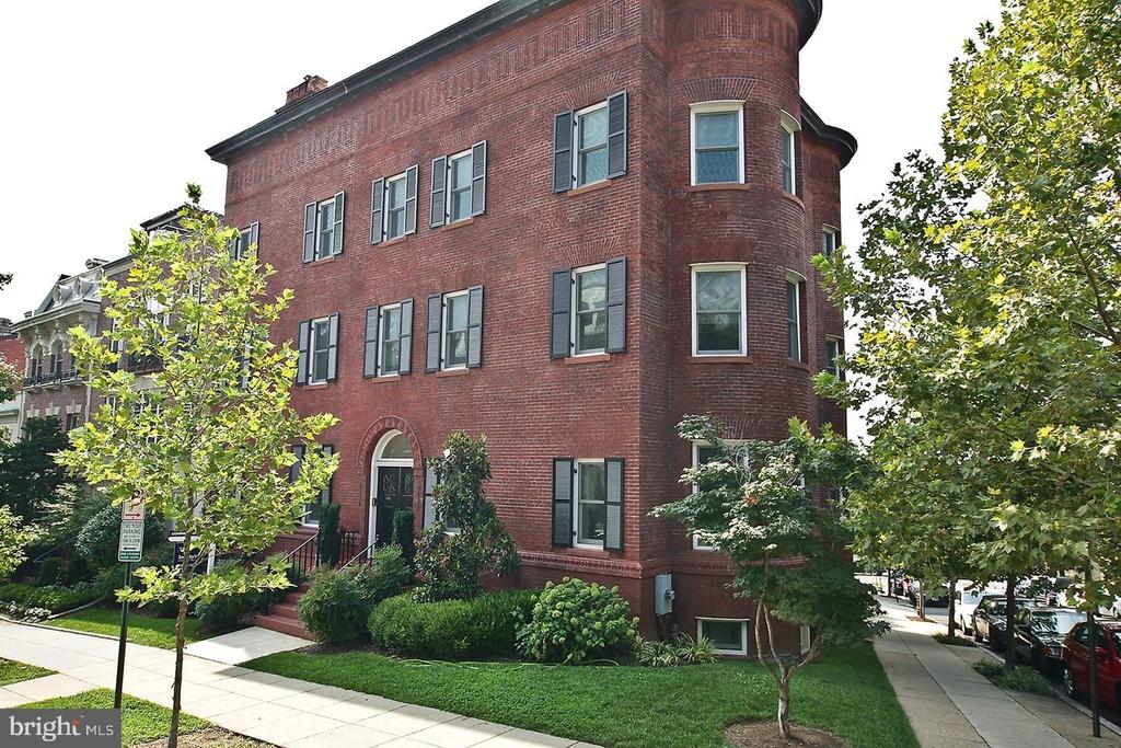 2138 Bancroft Place Nw - Photo 0