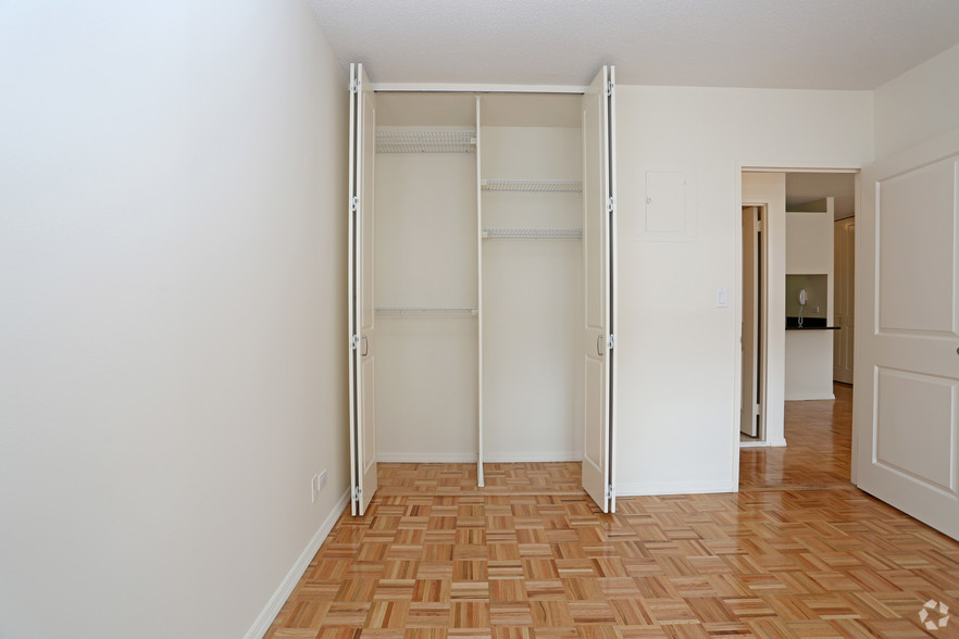 Lexington Ave 1BED CONVERTIBLE 2BED~FULL WALL ALLOWED~24 HR DRMN~POOL,GYM,SAUNA~6Train Close - Photo 3