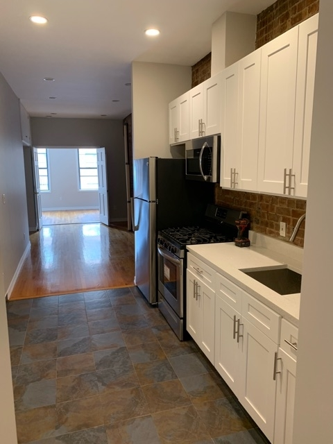 2 Bedrooms, Hell's Kitchen Rental in NYC for $3,200 - Photo 2
