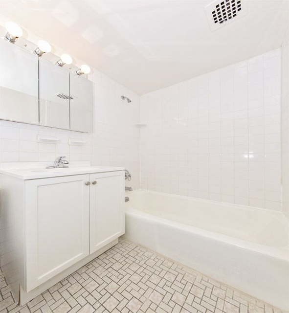 1 Bedroom, Sutton Place Rental in NYC for $3,100 - Photo 2