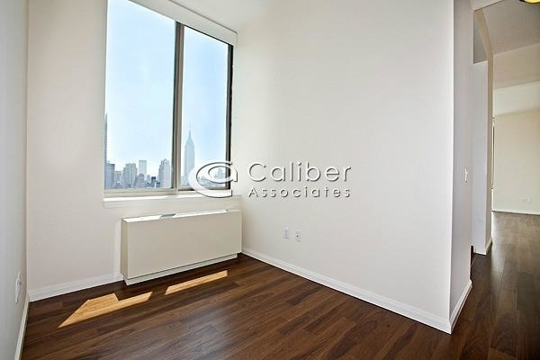 3 Bedrooms, Hell's Kitchen Rental in NYC for $5,315 - Photo 2