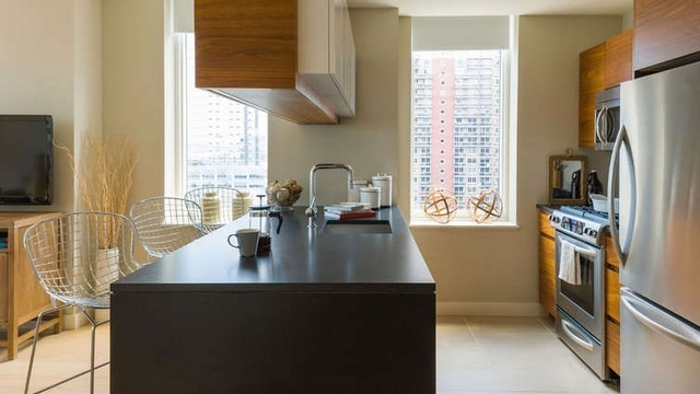 4 Bedrooms, Hell's Kitchen Rental in NYC for $6,800 - Photo 2