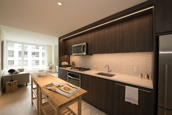 1 Bedroom, Hell's Kitchen Rental in NYC for $3,950 - Photo 2