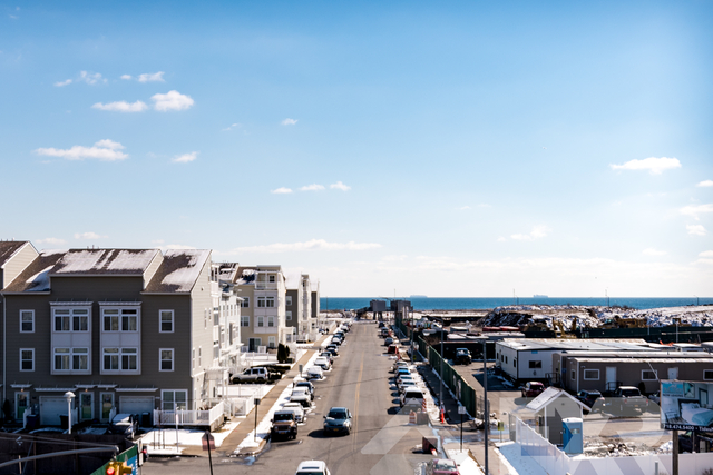 3 Bedrooms, Arverne Rental in NYC for $2,599 - Photo 2