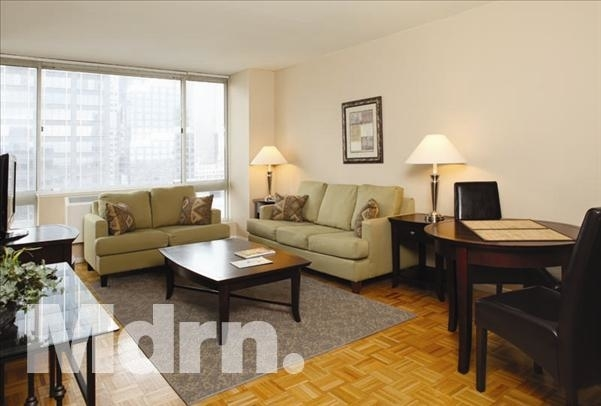 3 Bedrooms, Hell's Kitchen Rental in NYC for $5,000 - Photo 2