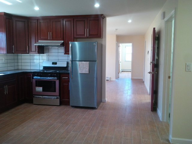 3 Bedrooms, Gravesend Rental in NYC for $2,600 - Photo 2