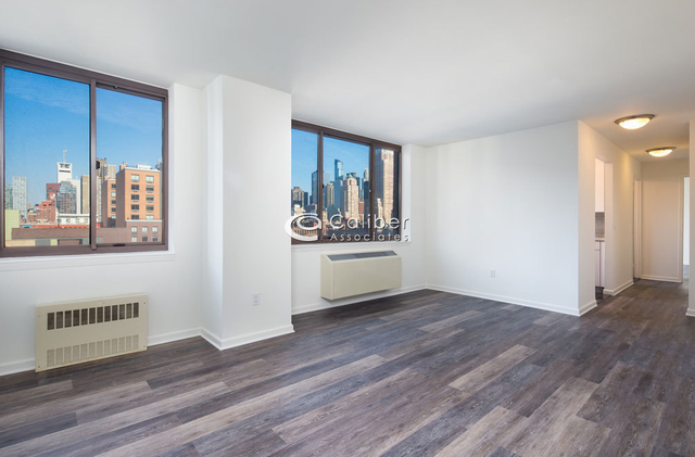 3 Bedrooms, Hell's Kitchen Rental in NYC for $5,200 - Photo 2