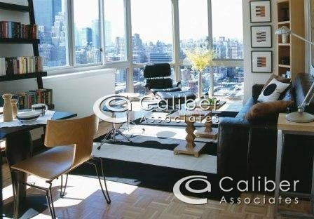 4 Bedrooms, Hell's Kitchen Rental in NYC for $5,000 - Photo 1