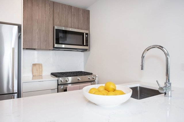 2 Bedrooms, Hell's Kitchen Rental in NYC for $5,330 - Photo 2