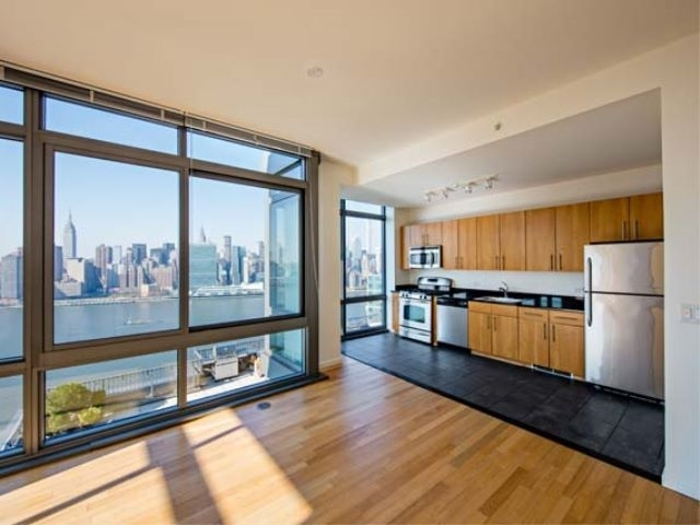 3 Bedrooms, Hunters Point Rental in NYC for $5,847 - Photo 2