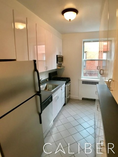 3 Bedrooms, Hell's Kitchen Rental in NYC for $5,395 - Photo 2