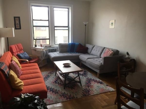 2 Bedrooms, Jackson Heights Rental in NYC for $1,000 - Photo 1