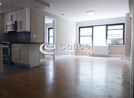 3 Bedrooms, Sutton Place Rental in NYC for $6,000 - Photo 1