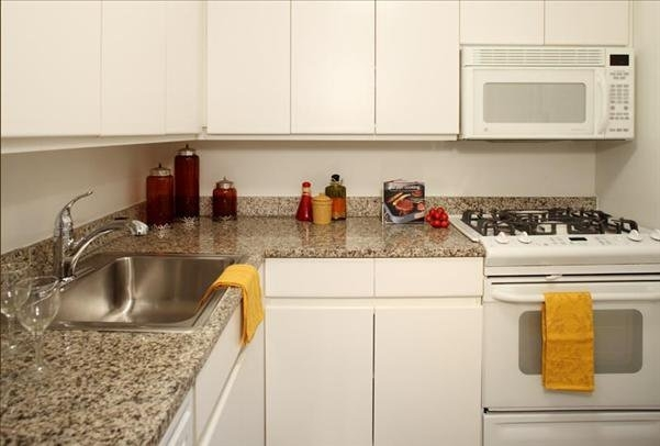 2 Bedrooms, Sutton Place Rental in NYC for $8,750 - Photo 2