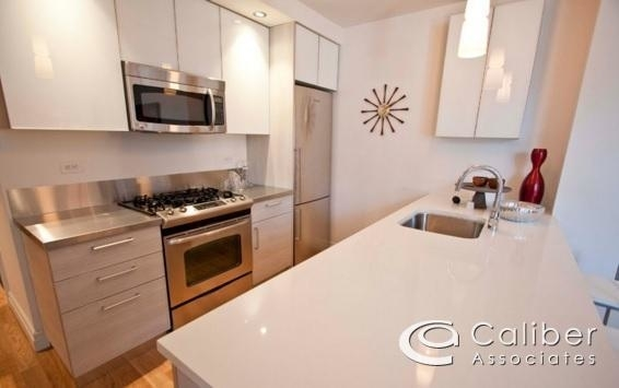 2 Bedrooms, Hell's Kitchen Rental in NYC for $4,102 - Photo 1