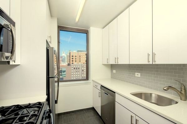 2 Bedrooms, Hell's Kitchen Rental in NYC for $6,320 - Photo 2